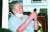전광훈(구속) 서울 성북구 사랑제일교회 담임목사가 지난 8월 17일 구급차량에 탑승하며 휴대전화를 사용하고 있다. 이 교회 교인들 사이에 코로나19 집단 감염이 발생했고, 전 목사도 확진 판정을 받았다. 뉴스1