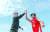 고양 오리온 강을준(왼쪽) 감독과 가드 이대성이 고양체육관 앞에서 하이파이브하고 있다. 두 사람은 올 시즌 우승에 도전한다. 김성룡 기자