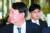 윤석열 검찰총장(왼쪽)이 지난해 인천 영종도 파라다이스시티 호텔에서 열린 제29차 마약류퇴치국제협력회의에 참석해 개회식을 마친 후 이동하고 있다. [뉴스1]