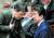 지난 2월 5일 일본 중의원 예산위원회에서 아베 신조 총리(오른쪽)와 모테기 도시미쓰 외상(왼쪽)이 대화를 나누고 있다. [지지통신 제공]