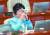 추미애 법무부 장관이 지난달 17일 국회 본회의장에서 열린 교육·사회·문화 분야 대정부질문에서 목을 축이고 있다. 오종택 기자