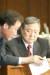 2003년 5월 국회예결위회의장에서 열린 민주당 의원총회에 참석한 당시 정대철 대표와 이낙연 비서실장이 이야기를 나누고 있다./오종택 기자