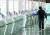 신종 코로나바이러스 감염증(코로나19) 여파로 지난 4월 23일 오후 인천국제공항 출국장의 여행사 창구가 썰렁하다. 연합뉴스.