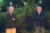 올해 노벨 경제학상 공동 수상자로 선정된 로버트 윌슨(왼쪽)과 폴 밀그럼 교수가 12일 새벽 스탠퍼드대에서 포즈를 취했다. [AFP=연합뉴스]
