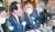 정세균 국무총리(왼쪽)가 15일 정부서울청사에서 열린 제2차 수소경제위원회에서 발언하고 있다. 왼쪽 둘째는 정의선 현대자동차그룹 회장. [뉴시스]
