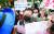 1일 노사정 합의에 반대하는 민주노총 조합원이 김명환 위원장을 막고 있다. [연합뉴스]