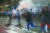 미국 대선 격전지인 펜실베이니아주 필라델피아에서 27일(현지시간) 새벽 진압에 나선 경찰들이 시위대를 향해 달려들고 있다. [AP=연합뉴스]