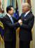 2010년 4월 핵안보정상회의 참석차 미국을 방문중인 이명박 당시 대통령이 백악관에서 조 바이든 미국 부통령과 반갑게 인사하고 있는 모습. [사진공동취재단]