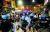 프랑스·이탈리아·스페인 등은 하루 수만 명의 코로나19 확진자가 발생하자 감염병 확산을 막기 위해 주요 지역에 야간 통행금지 조치를 내렸다. 이탈리아 나폴리에서 식당·술집 등의 주인들이 야간 영업금지 조치에 항의하는 시위를 하자 경찰이 출동했다. 로이터=연합
