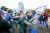 지난 7일 미국 오리건주 세일럼에 위치한 주의회의사당 앞에서 트럼프 지지자(가운데 왼쪽)와 바이든 지지자 간에 몸싸움이 벌어졌다. [AP=연합뉴스]