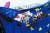 2015년 6월 그리스 북부 도시 테살로니키에서 열린 시위 도중 치프라스 지지자들이 유럽연합 깃발을 태우고 있다. [AP=연합뉴스]