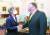 미국을 방문 중인 강경화 외교부 장관(왼쪽)이 9일(현지시간) 워싱턴 국무부에서 마이크 폼페이오 국무장관과 한·미 관계 및 한반도 현안 논의에 앞서 인사를 나누고 있다. [사진 외교부]