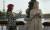 누드로 향수 광고를 찍는 여성 모델과 함께있는 에밀리. 사진 넷플릭스