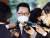 박지원 국가정보원장이 10일 오후 일본 총리관저에서 스가 요시히데(菅義偉) 일본 총리를 면담한 후 취재진의 질문을 듣고 있다. [연합뉴스]