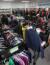 위아자나눔장터 2020 부산행사가 14일 부산 지하철1호선 아름다운가게 명륜역점에서 열려 시민들이 재활용품 옷을 살펴보고 있다. 송봉근 기자