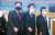 한일의원연맹 간사장인 김석기 국민의 힘(왼쪽) 의원이 지난 13일 오후 도쿄 총리관저에서 한일의원연맹 회장인 김진표(가운데) 더불어민주당 의원, 같은 당 윤호중 의원(오른쪽)과 함께 스가 요시히데 일본 총리를 면담하기 위해 이동하고 있다. [연합뉴스]