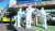 17일 오후 울산시 남구 양지요양병원 앞에서 의료진과 119구급대원들이 신종 코로나바이러스 감염증(코로나19) 확진 환자를 구급차로 옮기고 있다. 연합뉴스