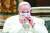 지난해 10월 20일(현지시각) 로마의 산타 마리아 인 아라 코엘리 성당에서 열린 '세계 평화를 위한 기도회'에서 프란치스코 교황이 마스크를 고쳐 쓰고 있다. 로이터=연합뉴스