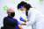 지난해 12월 21일 조 바이든 미 대통령 당선인이 코로나19 백신을 접종하는 모습 AP=연합뉴스