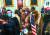 미 극우 음모론 단체 큐어논 회원 등 트럼프 전 대통령의 지지자들이 지난 6일(현지시각) 미 워싱턴 DC 연방 의회 의사당에 난입해 경찰과 대치하고 있다. [AP=연합뉴스]