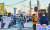 경남 거제 대우조선해양 옥포조선소 서문 앞에서 지난 9일 출근길에 노동자들이 시위를 하고 있다. 정부가 대우조선을 현대중공업에 매각하려는 데 대해 노조뿐 아니라 거제시장까지 반대하고 나섰다. 장세정 기자