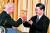 2012년 2월 14일 미국 워싱턴 국무부에서 열린 오찬에서 조 바이든 당시 부통령과 시진핑 부주석이 잔을 마주치고 있다. 당시 시진핑 부주석은 양국이 보호주의를 지양하고 번영을 위해 협력하자는 미국의 제안을 환영한다고 밝혔다. [로이터=연합뉴스]