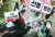아르바이트노동조합(알바노조) 조합원들이 지난 17일 오후 서울 중구 명동 예술극장 앞 사거리에서 열린 코로나19 4차 재난지원금 선별 지급 반대 기자회견에서 퍼포먼스를 하고 있다. [연합뉴스]
