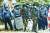 제2 도시 만달레이에서 저격 소총과 곤봉으로 무장한 군경. [AFP=연합뉴스]