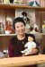 인형 컬렉터로도 유명한 동화작가 김향이가『꿈꾸는 인형의 집』에서 꼬마 존으로 등장한 인형을 들고 있다.