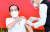 지난 1월 13일 인도네시아 대통령궁에서 조코 위도도 대통령이 코로나19 백신을 맞고 있다. [신화통신=연합뉴스]
