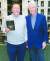 미국 작가 제임스 패터슨(왼쪽)이 빌 클린턴 전 대통령과 함께 출간한 추리소설 『대통령이 실종되다』를 들고 있다. [AP=연합뉴스]