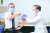 일본에서 코로나19 백신 선행 접종이 시작된 17일 도쿄 메구로(目黑)구에 소재한 국립병원기구 도쿄의료센터의 아라키 가즈히로 원장(왼쪽)이 일본 내 첫 번째 백신 접종 대상으로 선정돼 주사를 맞고 있다. 일본도 자체 백신의 개발에 나서 1상 임상시험 중이다. [연합뉴스]