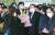 사의를 표명한 윤석열 검찰총장이 4일 오후 서울 서초구 대검찰청 로비에서 직원들과 인사를 나눈 뒤 꽃다발을 들고 청사를 떠나고 있다. 김경록 기자
