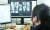 지난해 12월 15일 오전 인천 남동구의 한 초등학교에서 한 교사가 원격 수업을 하고 있다. 뉴스1