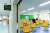 2021학년도 새학기 개학을 일주일가량 앞둔 지난달 23일 서울 시내의 한 초등학교에서 교직원들이 칸막이를 정리하고 있다. 뉴스1