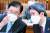 정의용 외교부 장관과 이인영 통일부 장관이 지난 2월 22일 오후 서울 여의도 국회에서 열린 외교통일위원회 전체회의에서 대화하고 있다. 오종택 기자