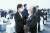 김정숙 여사가 26일 오후 경기도 평택시 해군 2함대사령부 에서 열린 제6회 서해수호의 날 기념식을 마친 뒤 고 민평기 상사의 모친 윤청자 여사를 위로하고 있다. [청와대사진기자단]