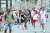17일(현지시간) 이스라엘 시민들이 텔아비브 거리에서 마스크를 쓰지 않은 채 걷고 있다. 이스라엘은 18일부터 공식적으로 실외 마스크 착용을 의무화한 방역수칙을 해제했다. [EPA=연합뉴스]