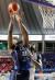 KCC 라건아(왼쪽)가 4강 플레이오프 1차전에서 전자랜드 모트리 수비를 피해 슛을 쏘고 있다. [뉴스1]