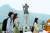 충무공 이순신 탄신 474주년인 2019년 4월 28일 서울 광화문광장에 설치된 이순신 동상 앞을 시민들이 지나가고 있다. 뉴스1