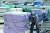 중소벤처기업부가 지급하려던 50만원 코로나19 노점상 재난지원금의 신청자가 38곳에 그쳤다. 사진은 지난 6일 서울 남대문시장에서 손수레를 옮기는 한 노점상인의 모습. [뉴스1]
