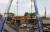 4일 멕시코시티 구조대가 테손코역과 올리보스역 사이에서 추락한 열차 일부를 크레인으로 들어 올리고 있다. [로이터=연합뉴스]