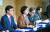 같은 해 11월 유은혜 사회부총리(왼쪽 둘째)는 자사고·외고·국제고를 2025년에 일반고로 일괄 전환한다고 발표했다. [중앙포토]