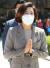 나경원 전 국민의힘 의원이 19일 오전 대구 동구 팔공총림 동화사에서 열린 불기 2565년 부처님오신날 봉축 대법회에 참석해 합장하고 있다. 뉴스1