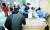 65세부터 74세 사이 고령자의 아스트라제네카(AZ) 백신 1차 접종이 시작된 27일 서울의 한 코로나19 백신접종 위탁 병원에서 시민들이 AZ백신 접종을 받기위해 대기하고 있다. 뉴스1