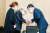서욱 국방부 장관이 2일 오후 경기도 성남시 국군의무사령부 장례식장 접견실에서 성추행 피해 신고 뒤 극단적인 선택을 한 공군 여성 부사관의 유가족을 위로하고 있다. [연합]