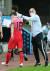김학범(오른쪽) 올림픽축구대표팀 감독이 교체되는 정승원을 격려하고 있다. [뉴스1]