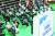지난 11일 서울 동대문구체육관 예방접종 센터에서 백신 접종 후 이상 반응 모니터링을 위해 대기하는 사람들. 백신 부작용이 발생했을 때 인과성을 명확히 판단하기 어려운 사례엔 너그럽게 보상해야 한다는 지적이 나온다. [연합뉴스]