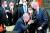 레제프 타이이프 에르도안 터키 대통령(가운데)이 14일 벨기에 브뤼셀에서 열린 나토 정상회의에서 조 바이든 미국 대통령을 만나자 자리에서 일어나며 주먹을 부딪치는 인사를 하고 있다. 나토 회원국인 터키가 러시아에 접근하면서 양국은 그동안 껄끄러운 관계를 지속해 왔다. [로이터=연합뉴스]