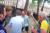 봉쇄 반대 시위대들의 행동이 과격해지자 위트(하늘색 셔츠)는 발길을 돌려 도망쳤다. [유튜브 resistenceGB 캡처]